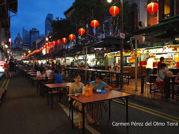 calle con terrazas y gente tomando algo en singapur