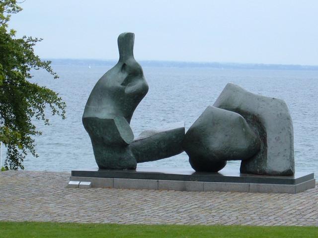 escultura junto al agua