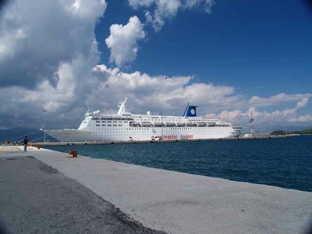 crucero atracado en puerto