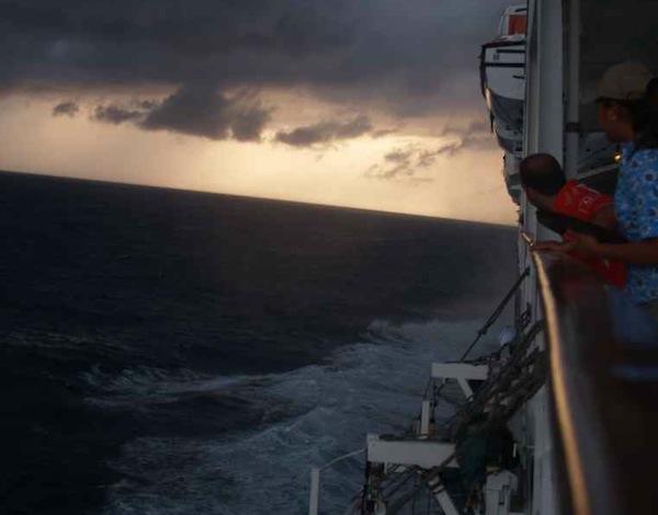 cubierta de barco, con mar y nubes de tormenta