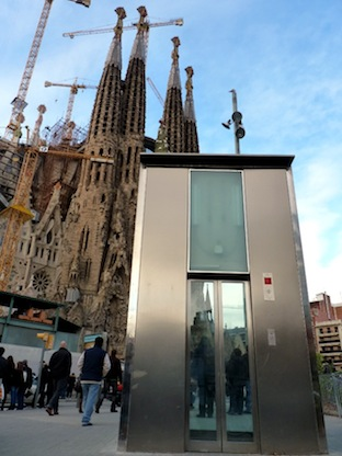 sagrada familia de barcelona con ascensor de metro en primer plano