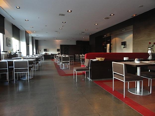 restaurante donde se ven los amplios espacios existentes