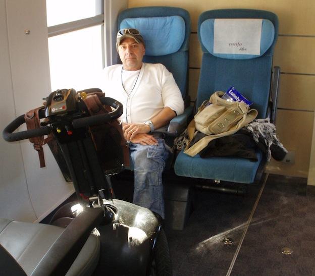 pasajero sentado en zona para movilidad reducida en ave