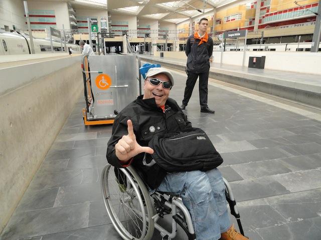 pasajero en silla de ruedas esperando a subir a la plataforma para acceder al ave