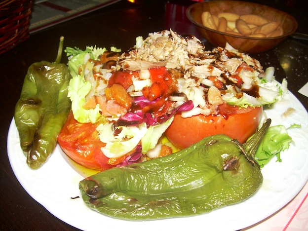 plato de tomates rellenos con escabeche y pimientos