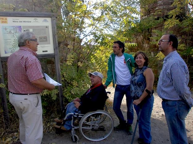 miembros del linarestrip escuchando explicaciones sobre las minas in situ
