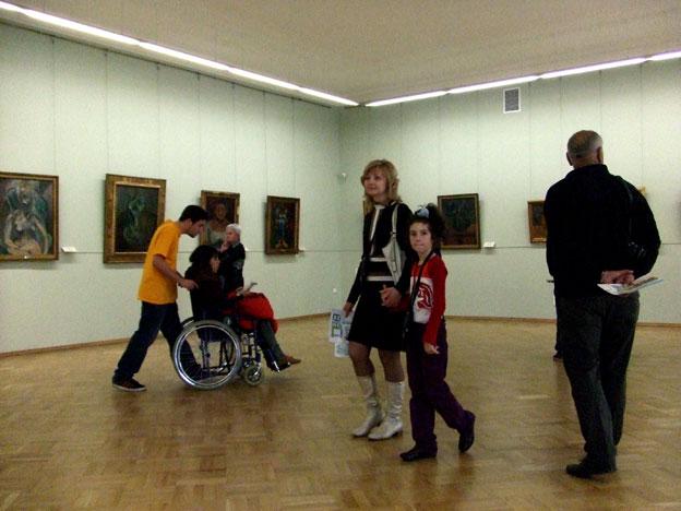colecciones del museo con visitantes en silla de ruedas