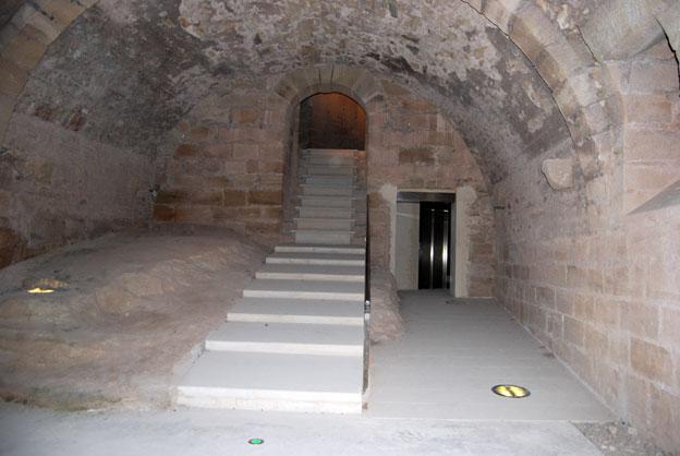escaleras para acceder a nivel superior y al lado bien integrado ascensor