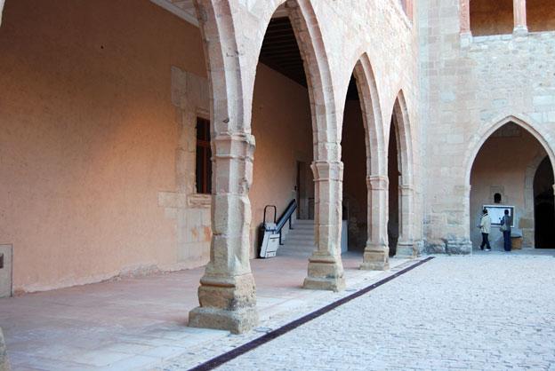 claustro interior con plataforma sube escaleras al fondo