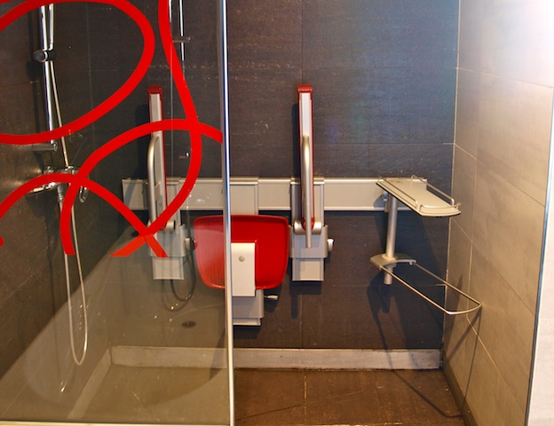 ducha accesible a personas con movilidad reducida