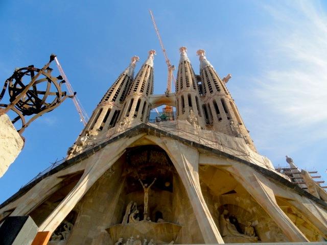 fachada de la sagrada familia en barcelona
