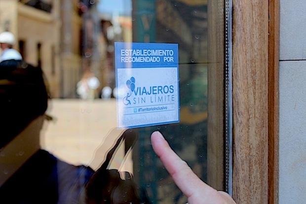 pegatina reconociendo como #TerritorioInclusivo a la ciudad de Oviedo