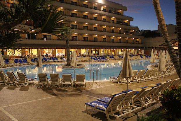 vistas a la piscina del hotel fañabe