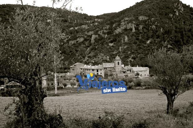 vista del pueblo desde los olivos, en blanco y negro