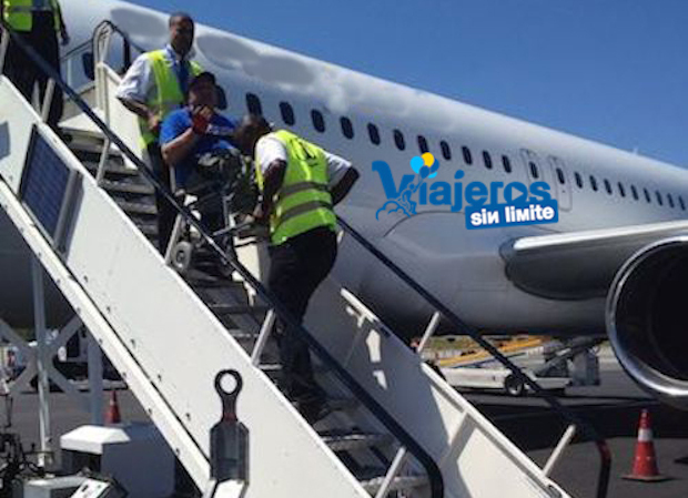 viajero con silla de ruedas es bajado por las escaleras del avión