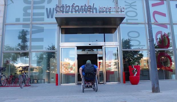 Miguel con su silla de ruedas entrando al hotel