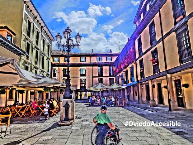 Miguel en la Plaza del Fontán en Oviedo