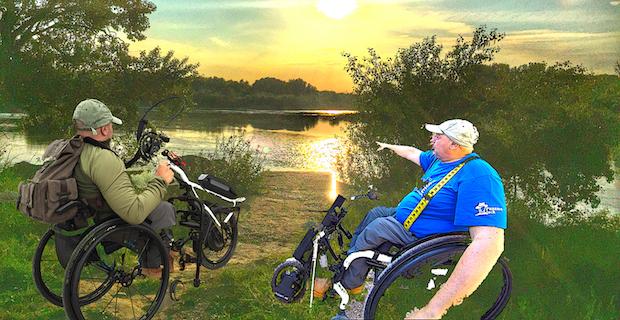 Miguel en sus handbike híbrida y eléctrica a orillas del Ebro.Montaje fotográfico