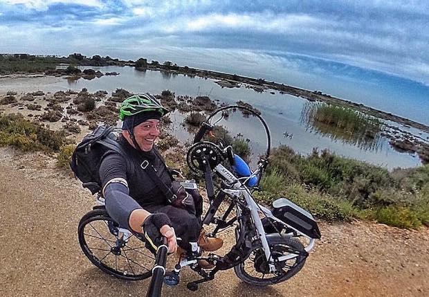 Miguel en Punta Entinas con su handbike