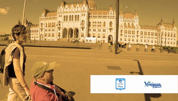 Miguel y Eva frente al Parlamento Húngaro