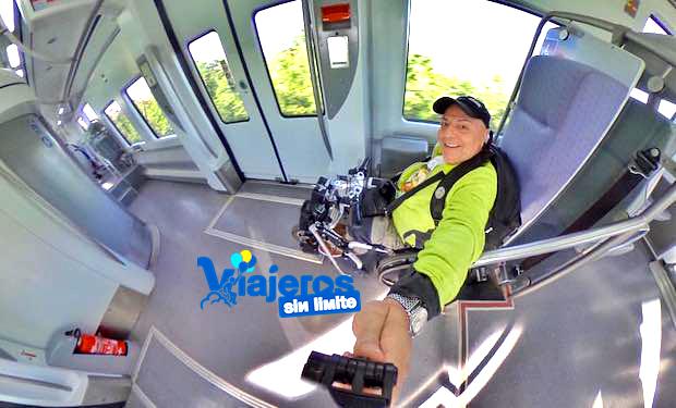 Miguel con su silla de ruedas en el tren cercanías