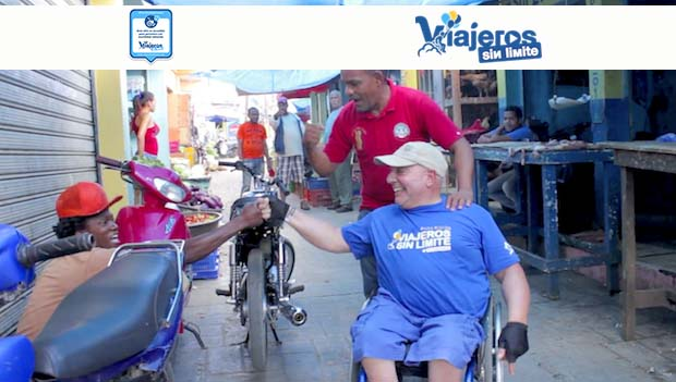 Miguel por un mercado dominicano con su silla de ruedas