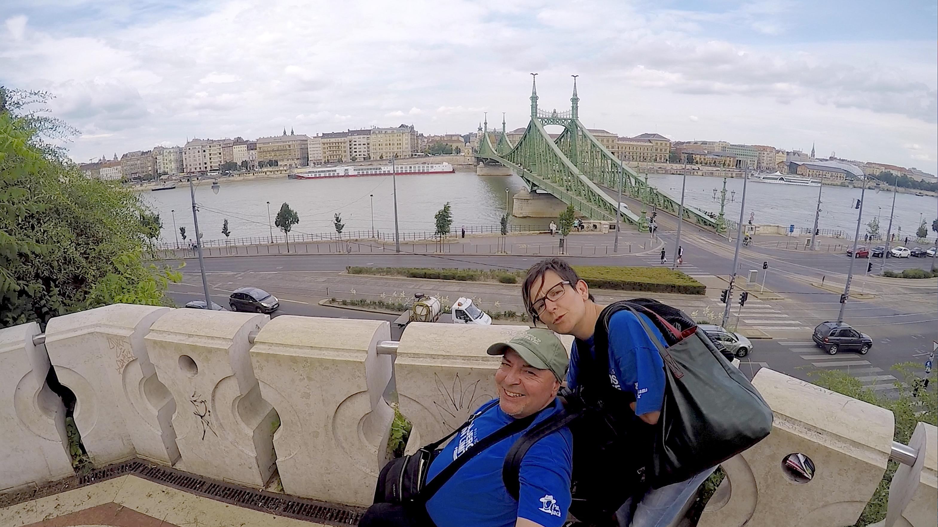 Miguel en silla de ruedas y Eva en Budapest