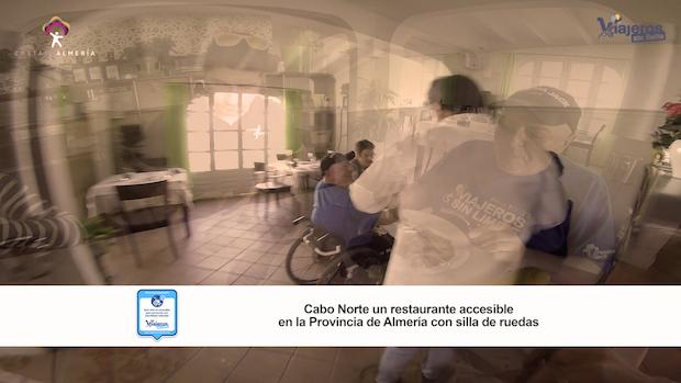 Miguel comiendo en el restaurante accesible