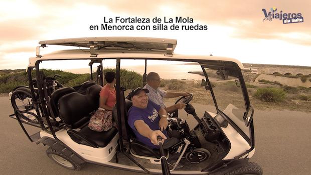 Miguel en el coche eléctrico que transporta su silla de ruedas y el manillar eléctrico