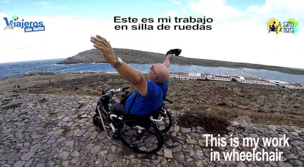 Miguel en su silla en Menorca