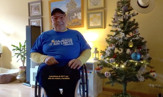 Miguel junto a un arbol de navidad