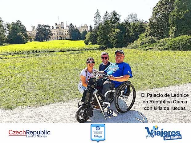 Miguel y Eva frente a Palacio con el guía