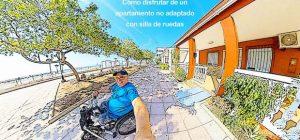 Miguel saliendo con su handbike del apartamento