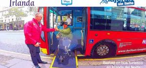 Miguel bajando por la rampa del bus