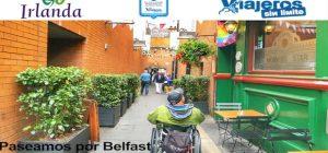 Miguel por una de las callejuelas de Belfast