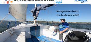 Miguel sobre un velero junto a su silla de ruedas