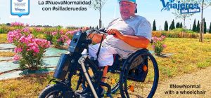 Miguel con la silla de ruedas y handbike posando con pantalla facial