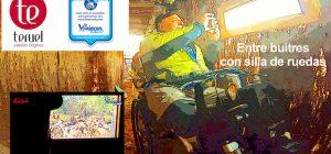 Miguel observando buitres en su silla de ruedas